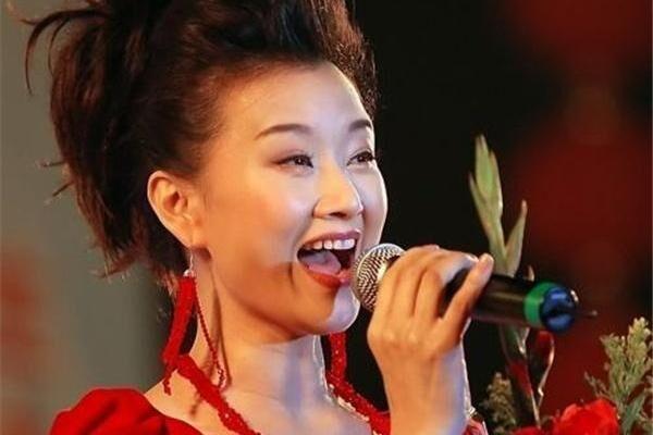 她曾与宋祖英同住地下室,多次上春晚却不红,如今身份显赫!