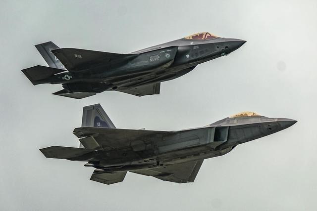 52架F35一字排开,美军亮出世界最强王牌!专家:伊朗已噤若寒蝉
