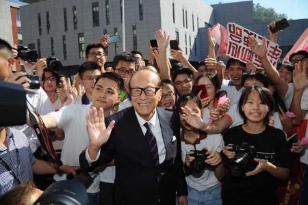 香港四大家族2个已捐款,李嘉诚沉默,曾捐超300亿却不受国人待见