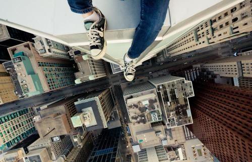在高楼上往下看时,明明知道会死,为何还有一种跳下去的冲动?