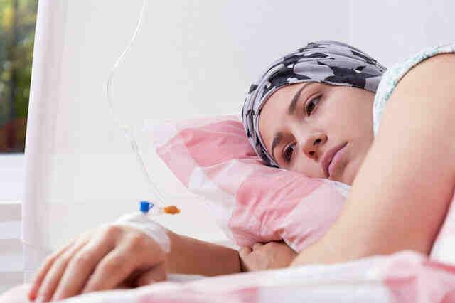 癌症晚期,还要不要继续治?大爷肺癌晚期,对老伴说:我想回家了