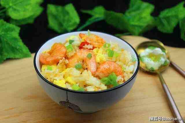蛋炒饭时加虾仁,润而不腻,鲜香味美营养高,孩子很喜欢吃!